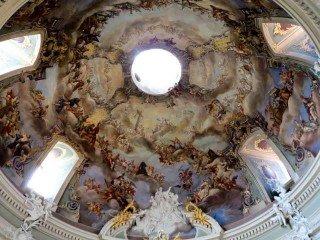 Die Kuppel der Clemenskirche - typisch Barock: Prof. Dr. Dartmann von der Universität Münster brachte den Schülerinnen und Schülern bei seiner Führung barockes Lebensgefühl näher. (Foto: WBG/Dartmann)