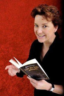 Quicklebendig: Die Mendener Autorin Kathrin Heinrichs präsentiert einen unterhaltsamen Krimiabend in der Aula des Walburgisgymnasiums. (Foto: Kathrin Heinrichs)