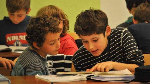 Französische und deutsche Schüler unterstützen sich gegenseitig beim Sprachenlernen: Besuch der Grundschüler aus Roussay/Frankreich am Walburgisgymnasium. (Foto: SMMP/Sr. Johanna Hentrich)