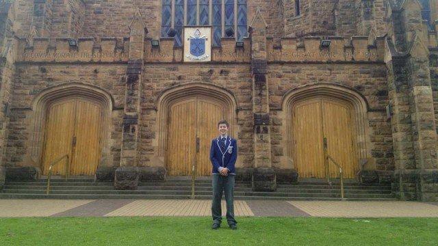 In der Schuluniform des St. Peter's College Adelaide vor der White Hall des College. (Foto: WBG/K)