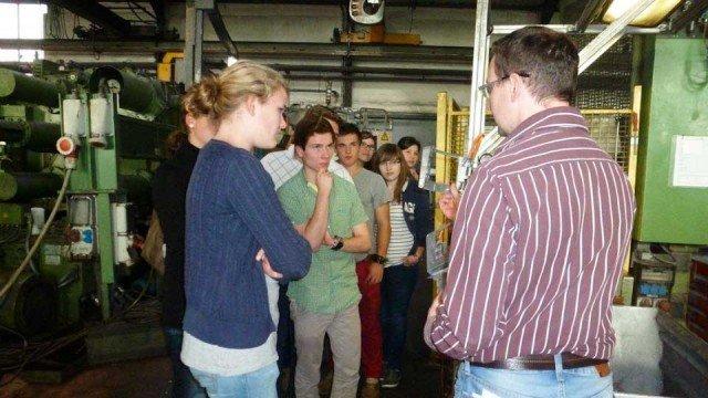 Betriebsbesichtigung bei einem Zulieferer der Automobilindustrie: Die Teilnehmer der Management-AG erhalten Einblicke in den Produktionsprozess. (Foto: WBG/Harnischmacher)