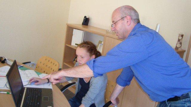 Einblicke in die Arbeit im Architekturbüro: Entwurf eines Einfamilienhauses mit spezieller Software am Computer (Foto: WBG/Vosskuhl)