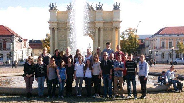 Der Leistungskurs Geschichte (Stufe 12) vor dem Brandenburger Tor in Potsdam. (Foto: WBG/Hellweg)