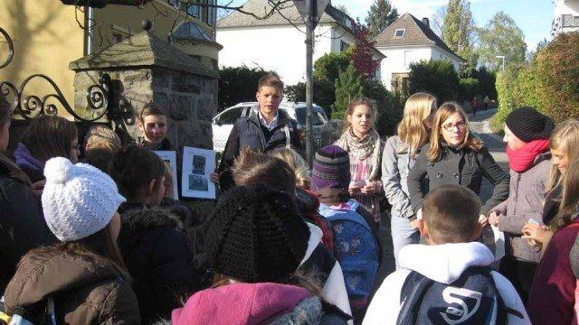 Schüler der 7b informieren Viertklässler der GGS Platte Heide Menden über den Jüdischen Friedhof. (Foto: WBG/Mertens)