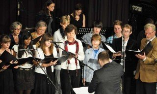 Der Chor des WBG unter Leitung von Dr. Ansgar Bornhoff bei einem Auftritt in der Wilhelmshöhe Menden. (Foto: Sr. Johanna Hentrich)
