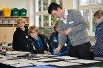 Sich mal ausprobieren beim Malen und Gestalten? Kunstlehrer Christian Block mit Grundschülern im Fachraum Kunst. (Foto: SMMP/Hentrich)
