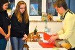 Christmas is coming! Englischlehrerin Maria Schmidt hat mit Schülerinnen kreative Angebote für Englisch-Fans vorbereitet. (Foto: SMMP/Hentrich)