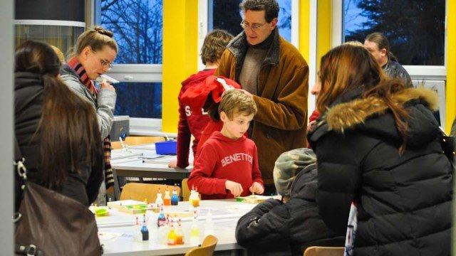 Grundschüler und Eltern lernten am Tag der offenen Tür das Walburgisgmnasium kennen - hier beim Experimentieren im Fach Chemie. (Foto: WBG/Hentrich)