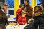 Grundschüler und ihre Eltern lernen das WBG kennen - hier im fachraum Chemie. (Foto: SMMP/Hentrich)