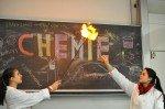 Interessante Experimente in Chemie, gezeigt von den künftigen Abiturientinnen der 12. (Foto: SMMP/Hentrich)