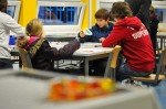 Chemie praktisch: Grundschüler probieren sich beim Experimentieren aus. (Foto: SMMP/Hentrich)