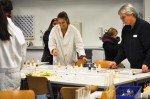 Chemielehrerin Edith Kuhlmann und ihre Assistentinnen aus der Oberstufe. (Foto: SMMP/Hentrich)