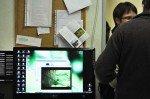 Herr Semer zeigt Medien im Biologie-Vorbereitungsraum, die den modernen Biologieunterricht bereichern. (Foto:SMMP/Hentrich)