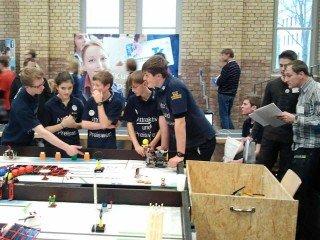 Roboter Heinrich macht unerwartet Probleme: Was tun? Das WBG-Team erörtert Lösungen unter den strengen Augen der Juroren. (Foto: AUP)