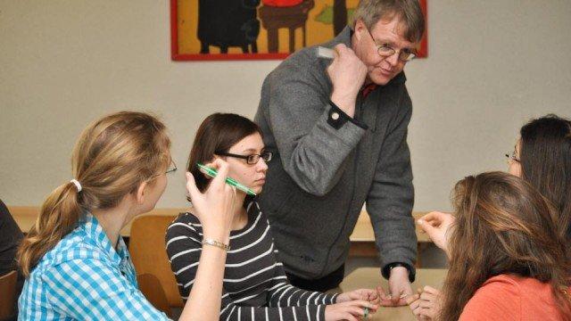 """Schülerinnen und Schüler der Jahrgangsstufe 9 im Ausbildungsseminar """"Streitschlichtung"""" mit Herrn Wülle. (Foto: SMMP/Sr. Johanna Hentrich)"""