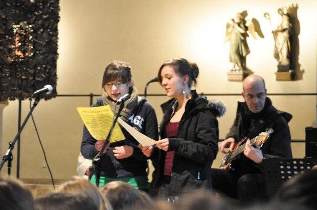 Die Gottesdienst-AG gestaltet den Walburgagottesdienst inhaltlich und musikalisch. (Foto: SMMP/Sr. Johanna Hentrich)