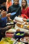 bedienung am Buffet - Jeder hat etwas mitgebracht. (Foto: SMMP/Sr. Johanna Hentrich)