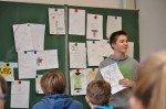 Präsentation der T-Shirt-Entwürfe in der 6a, bevor abgestimmt wird. (Foto: SMMP/Sr. Johanna Hentrich)