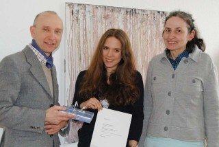 Dr. Eduard Maler und Dorothea Spieker (r.), Philosophielehrer am WBG, freuen sich mit Alina Gasisbauer über ihren Erfolg beim Essay-Wettbewerb. (Foto: WP/Becker)