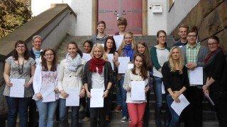Frau Voßkuhl mit Kursteilnehmern 2013 nach erfolgreicher Prüfung. (Foto: SMMP/Sr. Johanna Hentrich)
