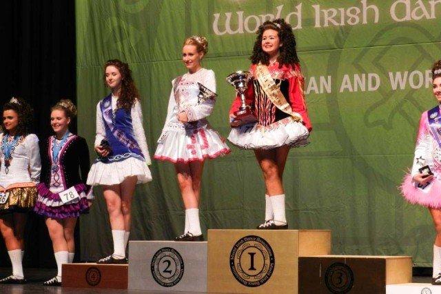 Teresa Spener (Stufe 10, 4. v. li.) als Vize-Weltmeisterin im Irish Dance 2013 auf dem Siegerpodest. (Foto: WBG/Spener)