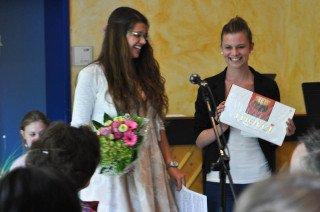 Merci! Die Schülersprecherinnen danken Frau Hoischen. (Foto: SMMP/Hentrich)