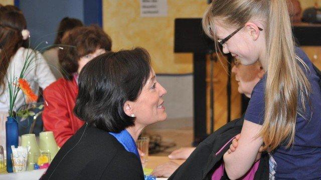 Frau Hoischen während der Verschabschiedungsfeier mit einer Schülerin, die sie bis vor kurzem in Französisch unterrichtete. (Foto: SMMP/Hentrich)