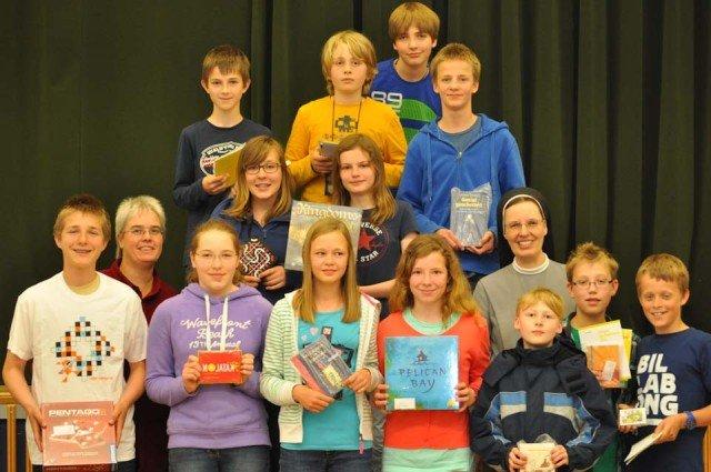 Schulleiterin Sr. M. Thoma Dikow (2. Reihe 3.v.r.) und Mathematiklehrerin Edith Kuhlmann (2. Reihe links) zeichneten die Preisträger aus. (Foto: WBG/Sr. Johanna Hentrich)