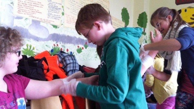 Gewusst wie: Im Erste-Hilfe-Kurs werden nützliche Techniken vermittelt. Foto: WBG/Scheidt)