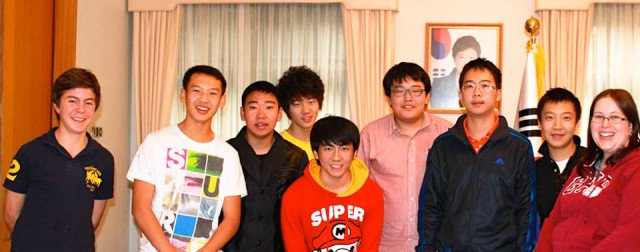 Robert (li.) mit Austauschschülern in der Botschaft Südkoreas in Canberra/Australien (Foto: WBG/Kaluza)