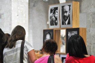 Besucher interessieren sich für das Exponat der Walburgisschüler, das im Eingangsbereich der Kölner Kirche Groß Sankt Martin ausgestellt ist. (Foto: SMMP/Sr. Johanna Hentrich)