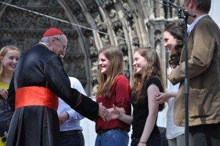 Kardinal Meisner gratuliert jedem persönlich. (Foto: WBG/Sr. Johanna Hentrich)