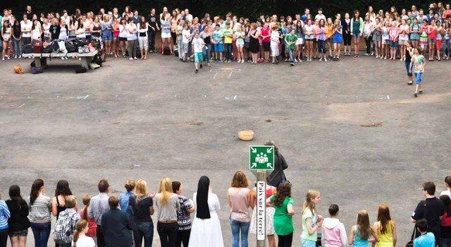Eine große Gemeinschaft aus Schülern und Lehrern auf dem Schulhof am 20.06.2013: Klassen- und Kurssprecher füllen den Korb in der Mitte mit den Spendensäckchen ihrer Mitschüler, die den Betroffenen der Hochwasserkatastrophe zugute kommen. (Foto: SMMP/Sr. Johanna Hentrich).