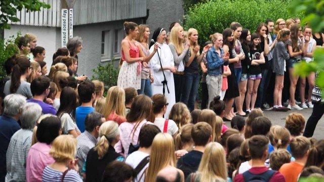 Schulleitung und SV danken Schülern Lehrern am Ende der Solidaritätsaktion für ihre Hilfsbereitschaft zugunsten der Flutopfer. (Foto: SMMP/Sr. Johanna Hentrich)