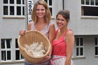 Die beiden Schülersprecherinnen freuen sich über die Resonanz der Aktion, die die SV organisiert hatte. (Foto: SMMP/Sr. Johanna Hentrich)
