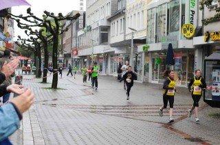 Zuschauer feuern die WBG-Läuferinnen auf den letzten Metern zum Ziel an. (Foto: WBG/Scheidt)