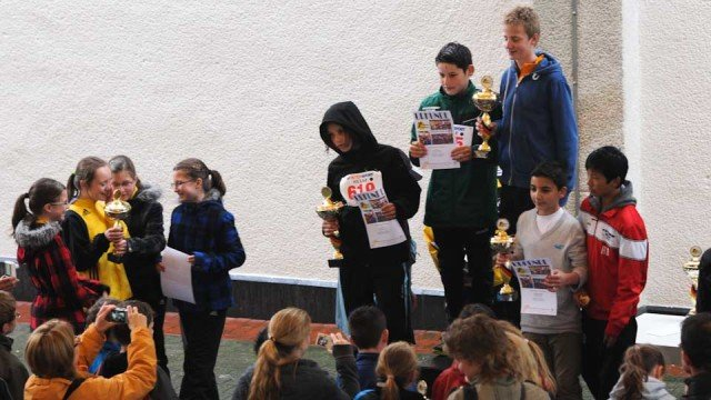 Platz 1 auf dem Siegertreppchen für das Jungenteam des WBG, nachdem bereits das Mädchenteam mit dem Siegerpokal geehrt wurde (Gruppe ganz links). (Foto: WBG/Scheidt)