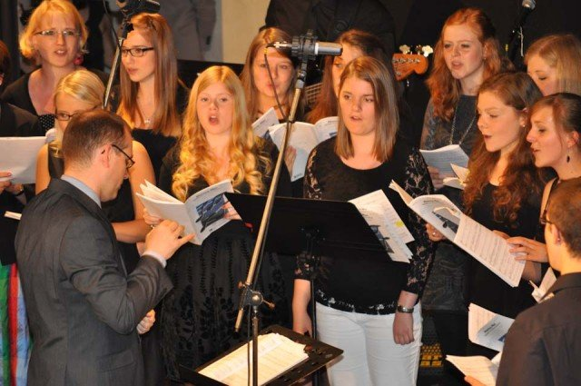 """""""Mamma Mia"""": Chorleiter Dr. Ansgar Bornhoff dirigiert Auszüge aus dem Programm des Sommerkonzerts am 15. Juli. (Foto: SMMP/Sr. Johanna Hentrich)"""