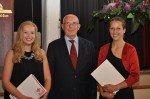 Gerd Harnischmacher mit den beiden Preisträgerinnen der Stiftung: Laura Helleckes (re.) und Teresa Kerkhoff. (Foto: SMMP/Sr. Johanna Hentrich)
