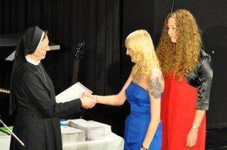 Schulleiterin Sr. Maria Thoma Dikow überreicht das Abiturzeugnis. (Foto: SMMP/Sr. Johanna Hentrich)