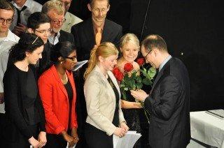 Chorleiter Dr. Ansgar Bornhoff dankt vier Abiturientinnen für ihr Mitwirken. (Foto: SMMP/Sr. Johanna Hentrich)