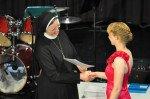 Gratulation zum Abitur und das Zeugnis aus der Hand von Schulleiterin Sr. Maria Thoma Dikow. (Foto: SMMP/Sr. Johanna Hentrich)