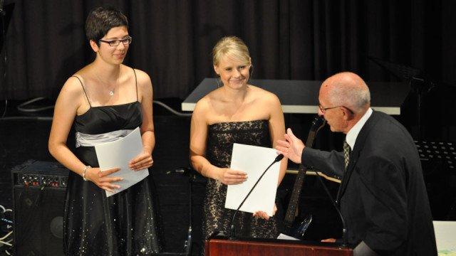 Auszeichnung für Lioba Klaas und Alexandra Filla mit dem Preis der Gerd-Harnischmacher-Stiftung für Spitzenleistungen und soziales Engagement. (Foto: SMMP/Sr. Johanna Hentrich)