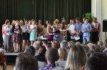 Die beiden jüngsten Sängerinnen aus der Klasse 7c bei der Anmoderation. (Foto: SMMP/Sr. Johanna Hentrich)