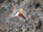 Sorgenzettel werden in einer Feuerschale verbrannt. (Foto: WBG/Schmidt)
