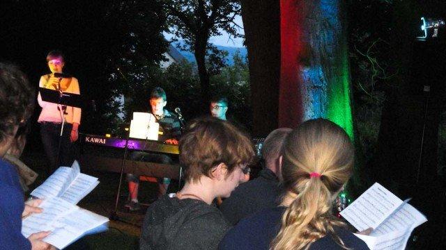 Abendmeditation im Park mit Live-Musik. (Foto: WBG/Schmidt)