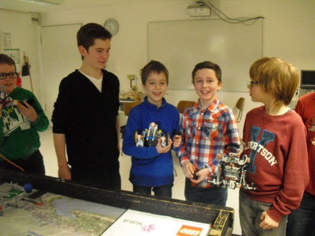 Schüler der 8. Klasse unterrichten Jüngere in der Roboterprogrammierung (Foto: Sr. M. Thoma)