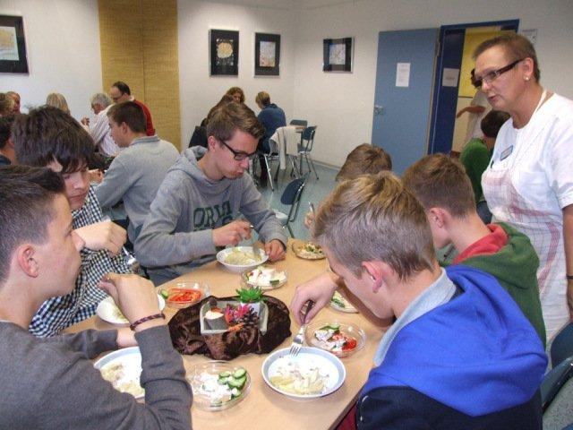 Mittagspause in der Cafeteria - Es schmeckt! (Foto: K. Hofbauer/SMMP)