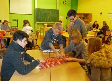 Eifrig werden in der Klasse 8c Geschenke eingepackt. (Foto: L. Harnischmacher/ SMMP)