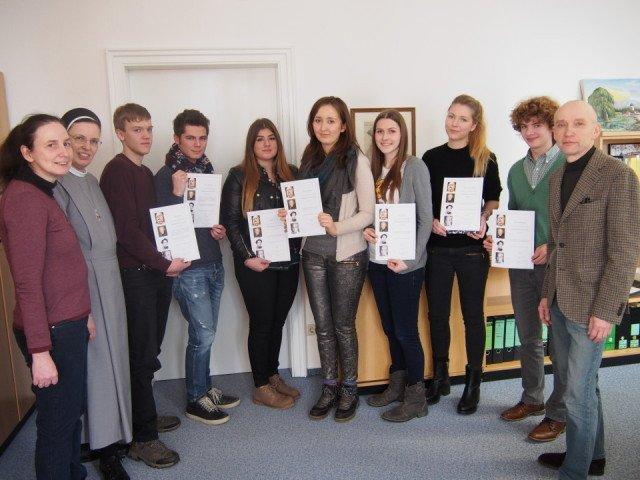 Teilnehmer, Preisträger und betreuende Lehrer des Wettbewerbs bei der Siegerehrung im Schulleiterbüro. (Foto: C. Scholz/SMMP)